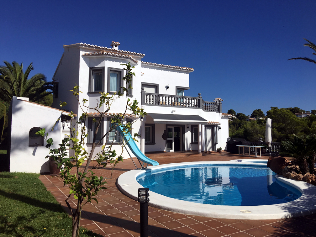 SUPERBLY PRESENTED FIVE EN SUITE BEDROOM VILLA, EN KORT GANG TIL MORAIRA VILLAGE